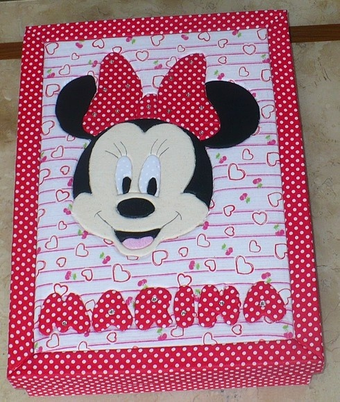 Caixa mdf revestida com tecido 100% algodão e acabamento interno em e.v.a. decorada com a minnie mouse e personalizada com o nome.