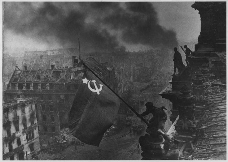 La bandiera rossa sul Reichstag (altra versione non ritoccata) Stampe ai Sali d'argento Musée de l'Élysée, Losanna © Khaldei / Corbis Di ritorno a Mosca, Khaldei si reca all'agenzia Tassil cui redattore nota che l'ufficiale ha un orologio al polso. Dal momento che all'epoca circolavano diverse notizie sulle ruberie e i saccheggi commessi dai soldati sovietici, l'agenzia ritocca l'immagine cancellando l'orologio sul braccio destro, per evitare ogni polemica…