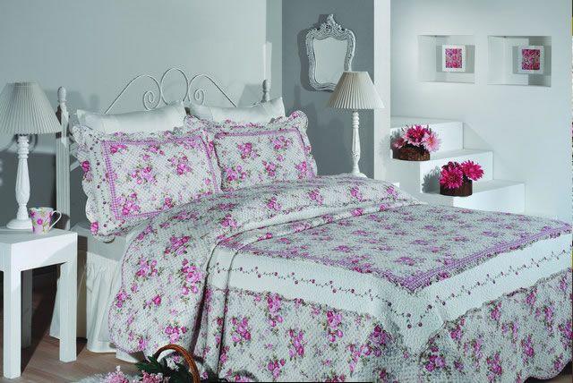 Yatak odanızın her daim daha şık bir yer olmasını istiyorsanız, öncelikli olarak kullandığınız yatak örtüsü modellerinin yatak odanıza ne kadar uyumlu olduğuna bakmalısınız. Eğer kullanmakta olduğunuz yatak örtüsü modelleri çok fazla uyumlu değilse yatak odanızda da çok hoş bir görüntünün oluşması imkansız olacaktır. Bu yüzden tercih ettiğiniz yatak örtüsü modellerinin yatak odanızla olan uyumuna çok dikkat etmelisiniz.