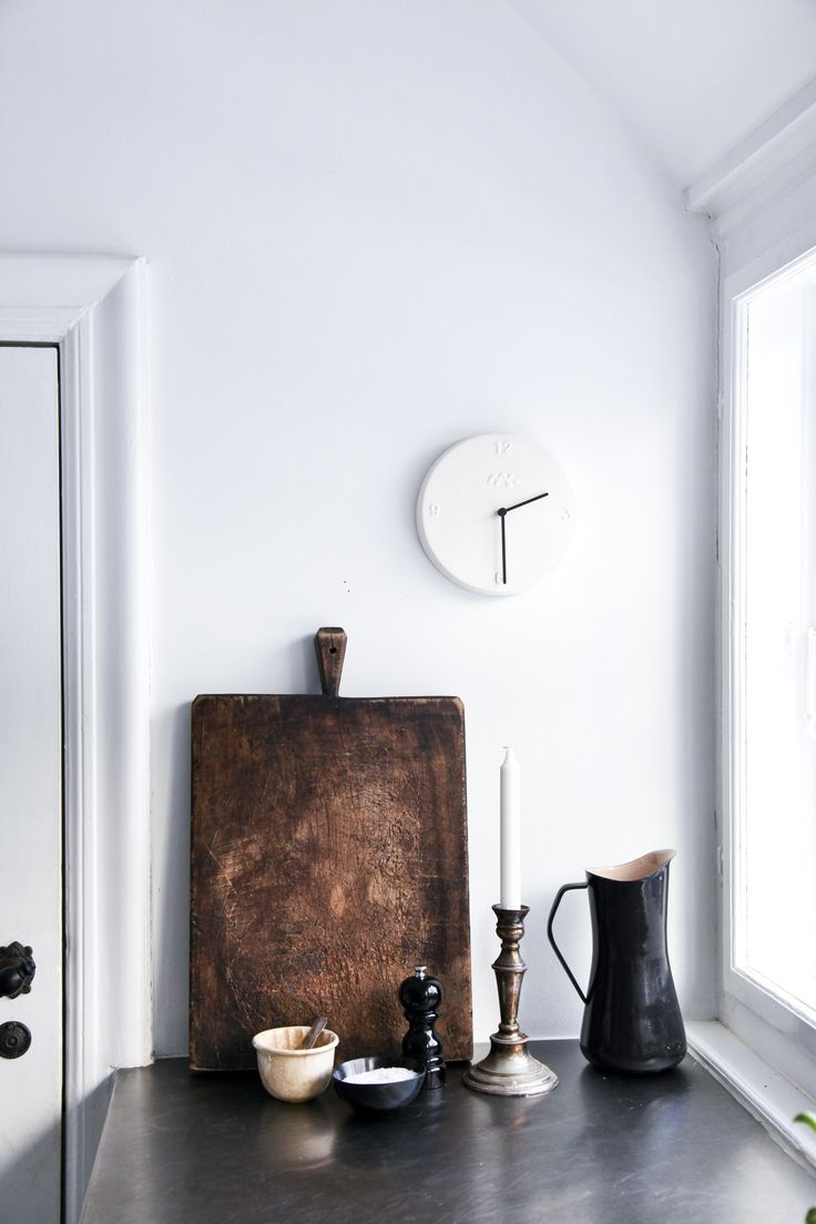 Ora has a sculptural touch that appeals to both genders, and the clock is not just a practical arrangement that tells time, it is an integrated part of the interior design of your home.