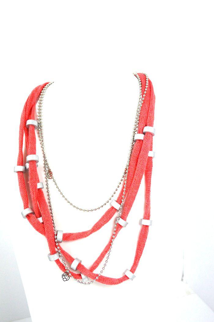 Κοντά Κολιέ : Κοραλλί ΚολιέΚοραλλί βαμβακερό κορδόνι διακοσμημένο με ασημί κεραμικές χειροποίητες χάντρες, σύρμα, μεταλλικά τριανταφυλλάκια και αλυσίδες από ατσάλι. Πρωτότυπο μεταλλικό κούμπωμα. Συνολικό μήκος περίπου 55 εκ.