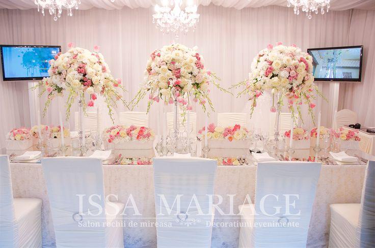 Decoratiuni nunta fata de masa cu dantela candelabre cristal  si aranjamente florale IssaEvents 2017