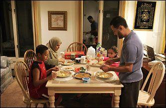 Suhur e il pasto leggero poco prima dell' alba per poter affrontare una giornata senza mangiare.