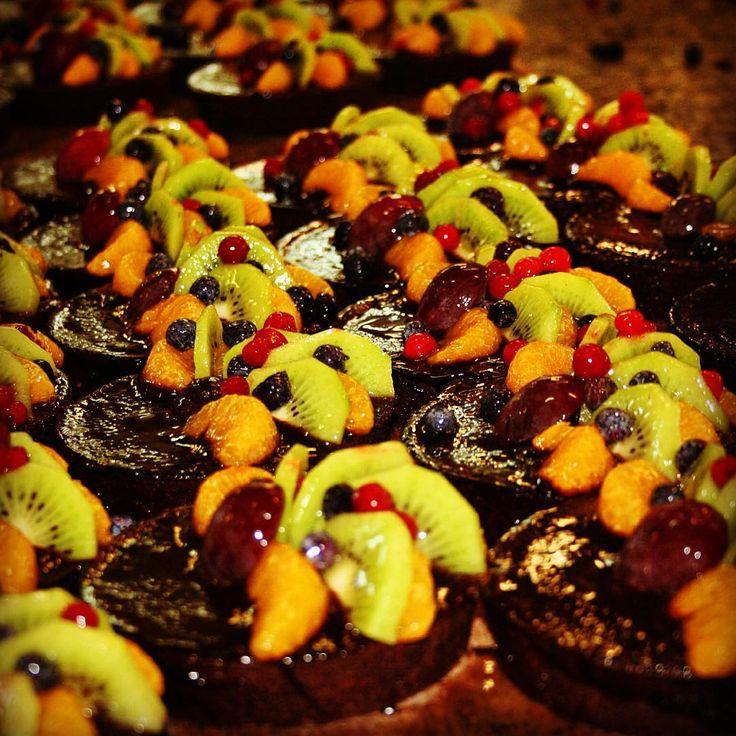 Czekoladowe marzenie! Wyśmienita czekolada, rozpływająca sie w ustach! I świeże owoce! Czego chvieć wiecęj! #czekolada #babeczka #marzeniasiespelniaja #krakowskiewypieki #owoce #pysznosci