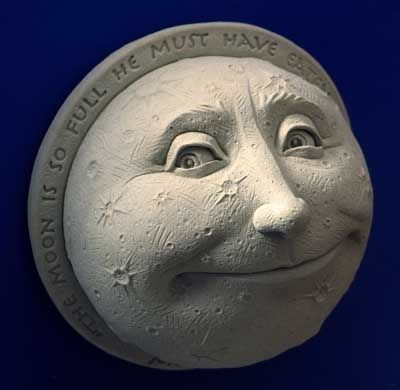 The full moon, great inspiration for paper mache...  The moon is so full it must have eaten all the stars (La luna está tan llena que debe haber comido todas las estrellas).