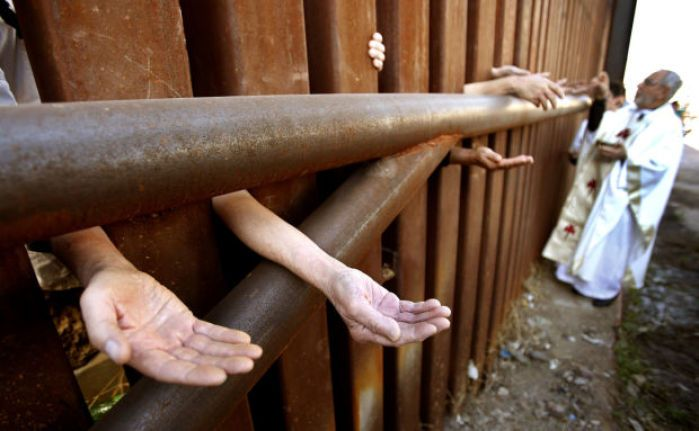Cardinal, bishops say Mass at Nogales border fence, urge changes in immigration law