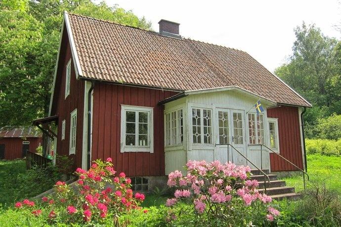 Punainen mökki, jossa upea veranta.