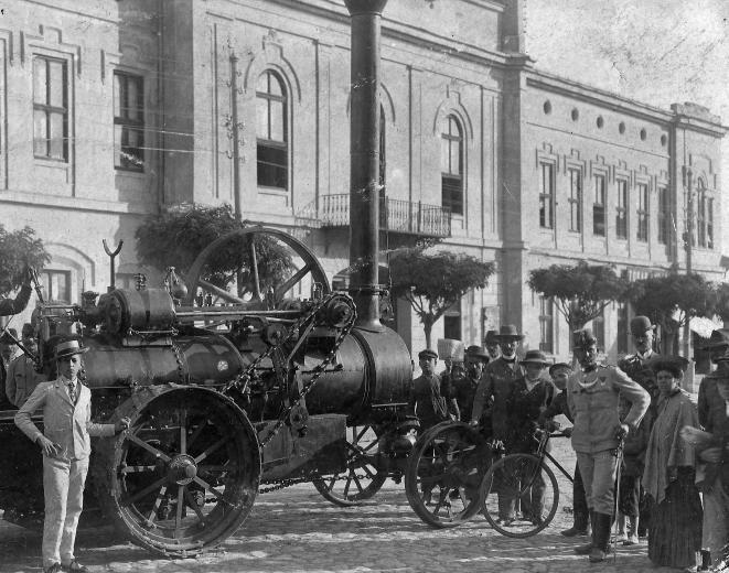 Széchenyi tér 6., Régi Városháza. Előtérben egy Hofherr-Schrantz-Clayton-Shuttleworth tüzesgép.