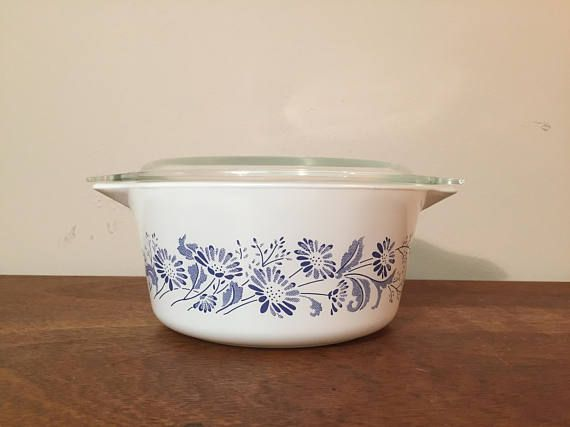 """1980s vintage Pyrex """"Colonial Mist"""" blue and white daisy floral motif casserole dish 474 from HobAndNail on Etsy."""