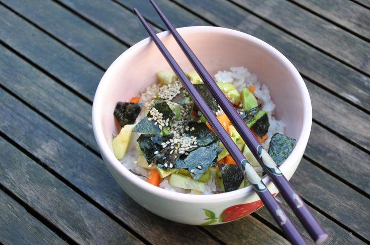 """Wer keine Lust oder keine Zeit zum Zubereiten von Sushirollen hat, kann sich die Sushizutaten auch als leckere Sushibowl schmecken lassen. So wie wir gestern. Unser Reis war noch warm, was uns in unserem momentanen """"Hochsommer"""" sehr entgegenkam."""