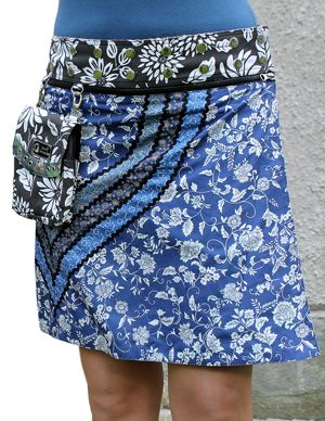 Tre dekorativa bårder pryder Louisas ena sida och de kontrasterande ränderna skapar en tuff V-form på kjolens högra sida. Louisa är vändbar och ger dig fyra variationsmöjligheter. De iögonfallande ränderna återfinns på ena sidan, den andra sidan är utan. Kjolen levereras med en löstagbar liten väska. Det medföljer även en axelrem. Längd: 48 cm, 100% bomull.