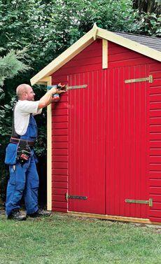 Aufbau eines Gartenhaus-Bausatzes - Da das Gartenhaus vormoniert als Bausatz angeliefert wird, ist der Aufbau nicht schwer.