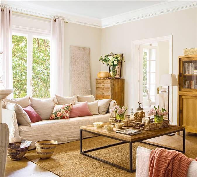 Salón en tonos beige con sofá crema y cojines de colores