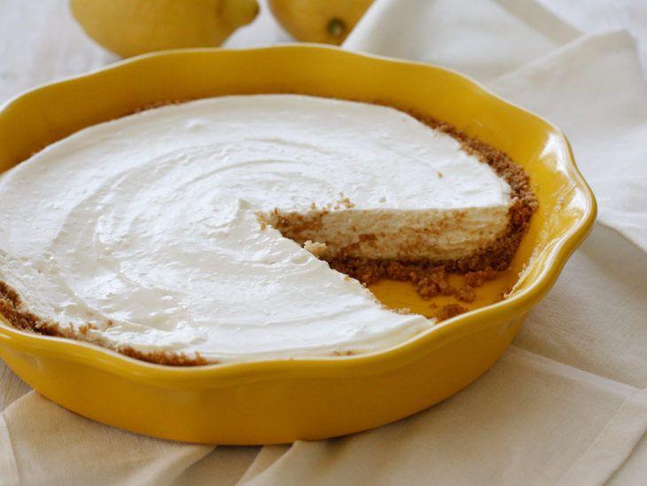 Υλικά: Για την κρέμα: 200γρ. γιαούρτι 150 γρ. κρέμα γάλακτος 50 γρ. ζάχαρη Ξύσμα από ένα λεμόνι Για τη βάση: Τριμμένα μπισκότα 200γρ. Βούτυρο 100γρ. Ξύσμα από ένα λεμόνι Εκτέλεση: Χτυπάμε στο μίξερ την κρέμα γάλακτος μέχρι να γίνει σαντιγί. Προσθέτουμε και τα υπόλοιπα υλικά και συνεχίζουμε το χτύπημα. Λιώνουμε σ΄ένα κατσαρολάκι το βούτυρο το …