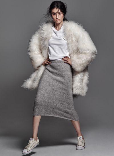 Jupe tube grise + manteau opulent + baskets = le bon mix (manteau Helmut Lang, jupe Joseph - photo The Edit) - http://bit.ly/1rNNbtJ - Tendances de Mode