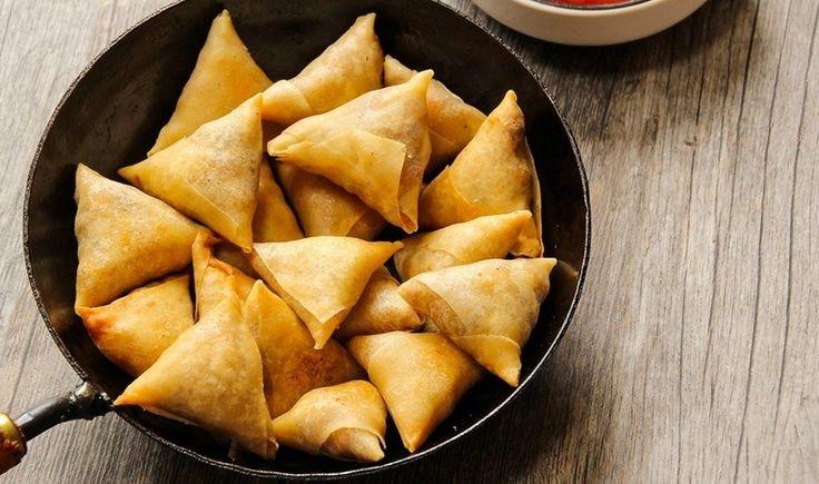 Υπέροχα τρίγωνα πιτάκια με Φύλλο κρούστας για πίτες Χρυσή Ζύμη γεμάτα νοστιμιά και αρώματα. Γίνονται είτε τηγανητά είτε ψητά στο φούρνο και είναι ιδανικά για ορεκτικό, πάρτι και σαν σνακ για βραδιές με κρασί και καλή παρέα.