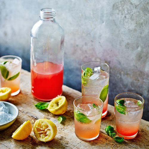 Deze verfrissende lichte siroop met de smaak van perzik en basilicum is heerlijk in cocktails, maar smaakt net zo lekker met bruiswater. Bewaar 'm in de koelkast.    1 Doe de stukjes perzik in een grote pan en rasp de schil van 3 van de citroenen...