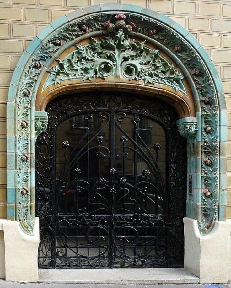 ... Suite... La porte principale. Piquante également, forcément. 9 rue Claude-Chahu, Paris 16e. ••• 🇺🇸🇬🇧Thistle building in the 16th . #paris #igersparis #igparis #seemyparis #parislovers #parisianlife #instaparis #parismaville #secretparis #hiddenparis #parisianlife #artnouveau
