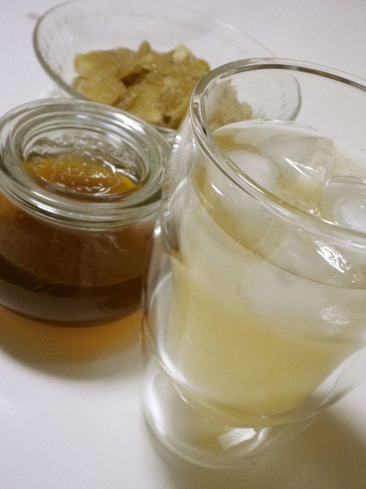 自家製ジンジャーエール用シロップ        これからの時期、スパイシーな美味しさが体を元気にしてくれますよ!新生姜をたっぷり使って琥珀色のシロップを手作りで♪ 材料 ■ ジンジャーシロップ 新生姜 大1個 三温糖 生姜と同量 クローブ 1粒 ローリエ 1枚 カルダモン 2粒 赤唐辛子 1本 水 200cc レモン汁 大1 作り方 1 生姜は包丁で汚れをこそげとり、薄切りにして、重さを量っておく。 2 生姜と同量の砂糖と生姜を鍋に入れて1時間おく。 3 スパイス類と赤唐辛子をお茶パックに入れて、水と一緒に2に加えて中火にかける。 4 沸騰して灰汁が出てきたらお茶パックを取り除き、弱火にして焦げないように20分煮る。 5 生姜が透き通ってきたら火を止め、レモン汁を加えて冷ます。 6 生姜を取り除いたら煮沸した瓶に移動して完成!!…