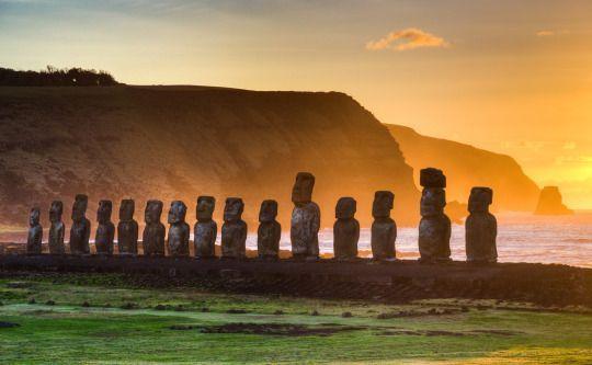<p>Las famosas estatuas de la Isla de Pascua datan de 1.200 a. C. Ahora están en peligro por la subida del nivel del mar y por el efecto de desgaste de las caras y de la base por culpa de las tormentas (<i>Getty Images</i>).</p>