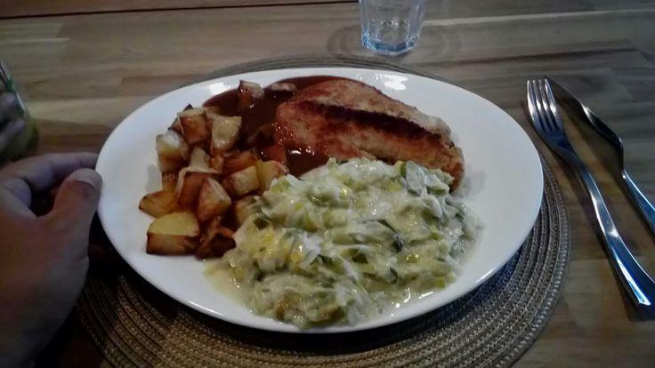 Kip , prei in roomsaus , gebakken aardappelen en jus .
