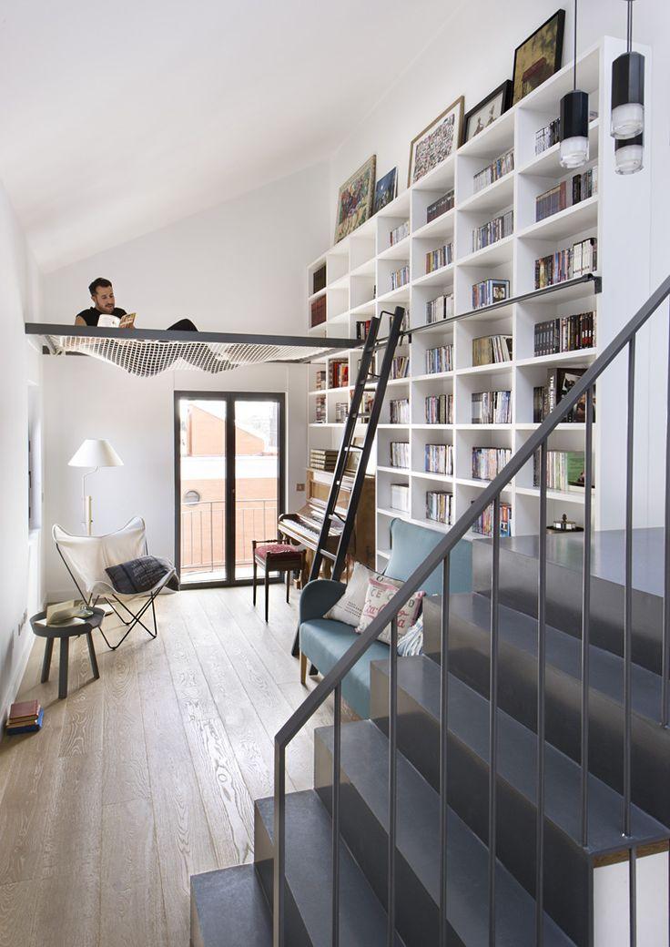 Una gran biblioteca en el último piso de esta vivienda, con una zona para 'colgarse' un poco mientras uno lee.