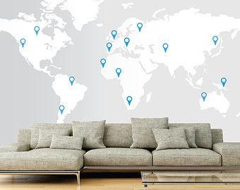 Monde carte murale autocollant  Cette vignette de carte du monde peut être utilisée pour décider de votre prochaine aventure ou à la broche simplement pointer les endroits que vous avez visitées. Ce vinyle mur sera toujours un point de parler dans votre maison. Son un grand monde là-bas !  Taille ; 2,13 M de largeur x hauteur de 1,06 M (7 pi x 3,47 pi) - se décline en deux sections pour faciliter le montage.  Vous recevrez ;  1 x mappemonde Sticker Mural 30 x pointeurs (si vous avez besoin…