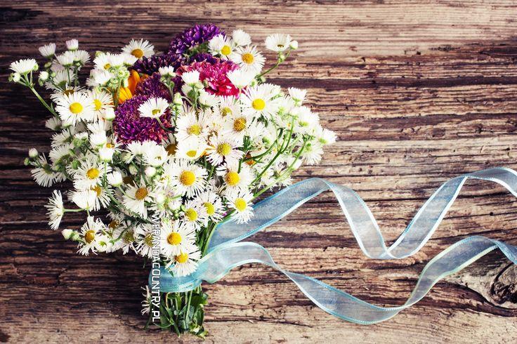 Nie tylko róże! Panna młoda z bukietem z konwalii lub słoneczników olśni (i zaskoczy) wszystkich. #wesele #rustykalne #ślub #styl #wiejski #sluby #pannamloda #panmłody #karoca #wóz #trendy2018  #zabawa #dekoracje #ślubne #pomysły #inspiracje  #wedding #bride #bridal #stylish #rustic #village #country #rural #cart #trends2018 #ideas #inspiration #hair #flower #decoration #Свадьба #свадьба #принятие #оформление