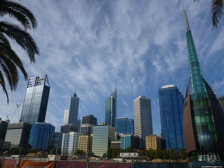 Perth est la capitale de l'Australie occidentale. Elle est en pleine expansion. C'est aussi la ville la plus isolée au monde La ville d'un million d'habitants la plus proche est Adelaide se trouvant à 2 104 kms !