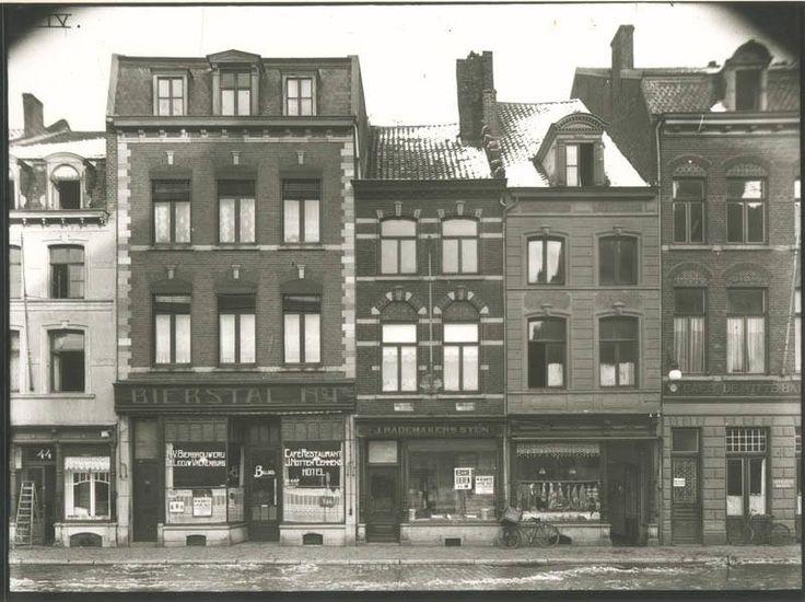"""929 - Maastricht. Markt gelegen tussen de Drieemmerstraat en de Kwadevliegenstraat. Op nr.45; café """"de Bierstal"""". Dit was tussen 1913 en 1915 bioscoop """"MODERNE""""."""