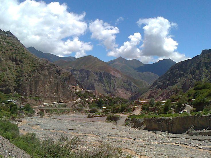 """Pueblo de Iruya, bajando por la quebrada del rio Colanzulí, se llega a este pedacito del noroeste argentino,  escondido en la quebrada, es """"Un pueblo colgado en el cerro""""."""