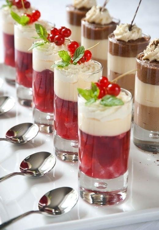 Para ocasiones más formales, puedes crear un postre muy navideño con frutos rojos y grenetina en la base. Para la parte superior, helado de vainilla y crema batida. La decoración con hojas de menta y cerezas.