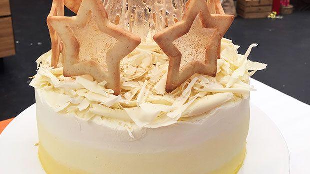 Her ses Mickis nytårskage med passionsfrugt, citron og hvid chokolade og pyntet med stjernesmåkager