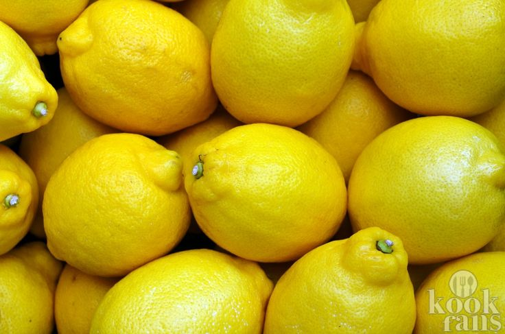 Een citroentje vol voordelen... Steeds meer dieetgoeroes raden het aan: Als je net wakker wordt een glas (lauw)warm water met het sap uit een verse citroen drinken. Dit zou goed voor je zijn, maar waarom eigenlijk? Kookfans zet de redenen voor je op een rij.  Een bommetje van goede stoffen Wat j