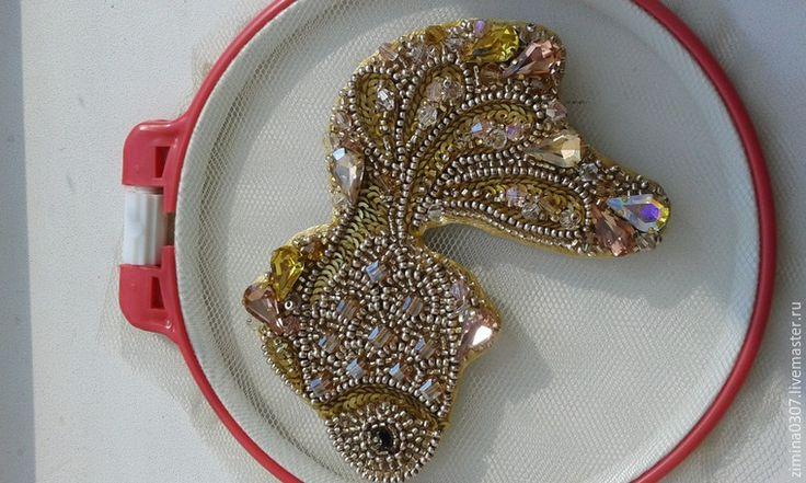 В Китае рыба считается символом изобилия, поэтому рыбки фен-шуй – талисман, приносящий процветание и благополучие. Этим же фактом и обусловлена китайская традиция дарить рыбок на Новый год, тем самым желая удачи и финансового процветания в грядущем году. Сегодня я хочу предложить вам мастер-класс по созданию броши 'Золотая рыбка'. Пусть эта рыбка станет для вас символом удачи и исполнения желаний.