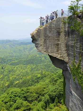 鋸山のなかで最も標高の高いところにあるこの展望台は、通称「地獄のぞき」と呼ばれています。垂直に切り立った断崖の先に岩が突き出すスリル満点の展望スポットです。