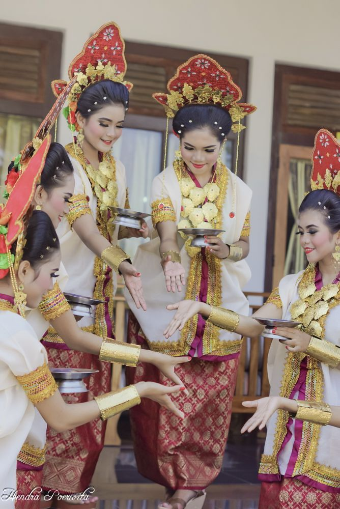 Traditional Dancers, Sulawesi Selatan by hendra.poerwita