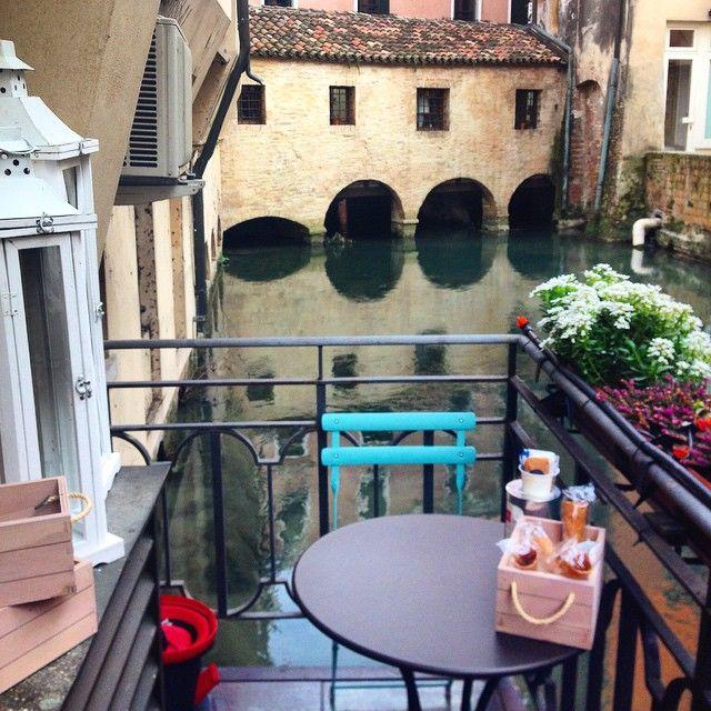 Facciamo colazione qui stamattina? Tavoli con vista a #Treviso. #Veneto #travel