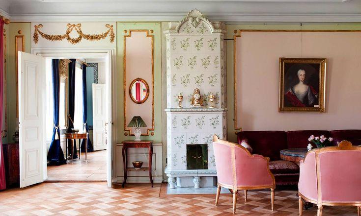 Spannarp. Salongens väggfält och dekorationer är gamla men fick nuvarande färg på 1970-talet.