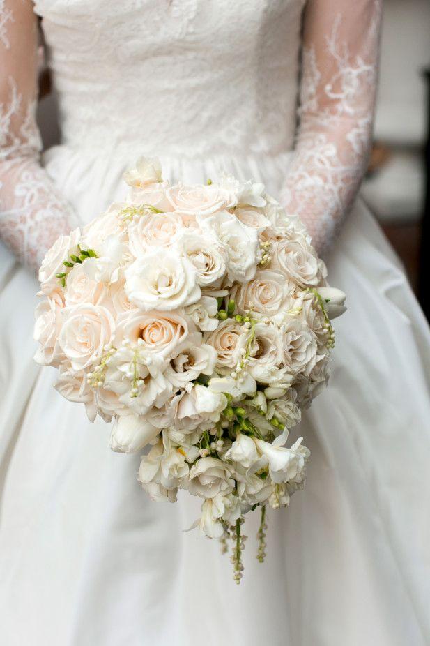 Adore this traditional cream rose wedding bouquet (Photo by Arte De Vie)