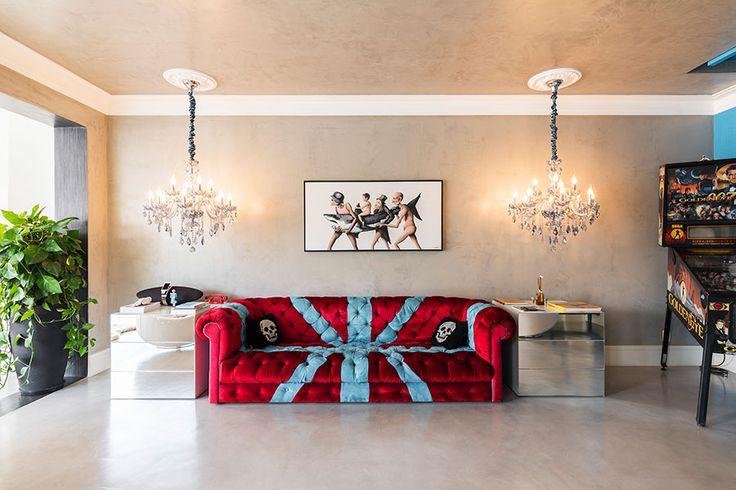 Decoração moderna, decoração ousada na medida certa, sala de estar, sala, sofá vermelho, plantas, luz natural.