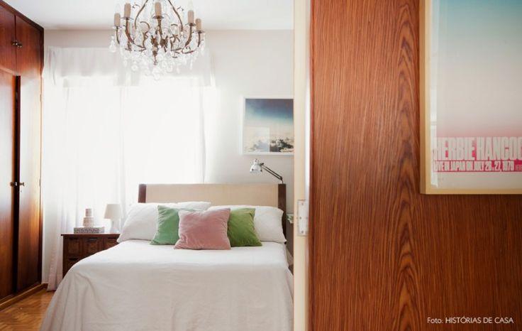 Cabeceira em frente à janela com abajur e arandela e madeira.  45-decoracao-quarto-madeira-paredes-lustre-classico