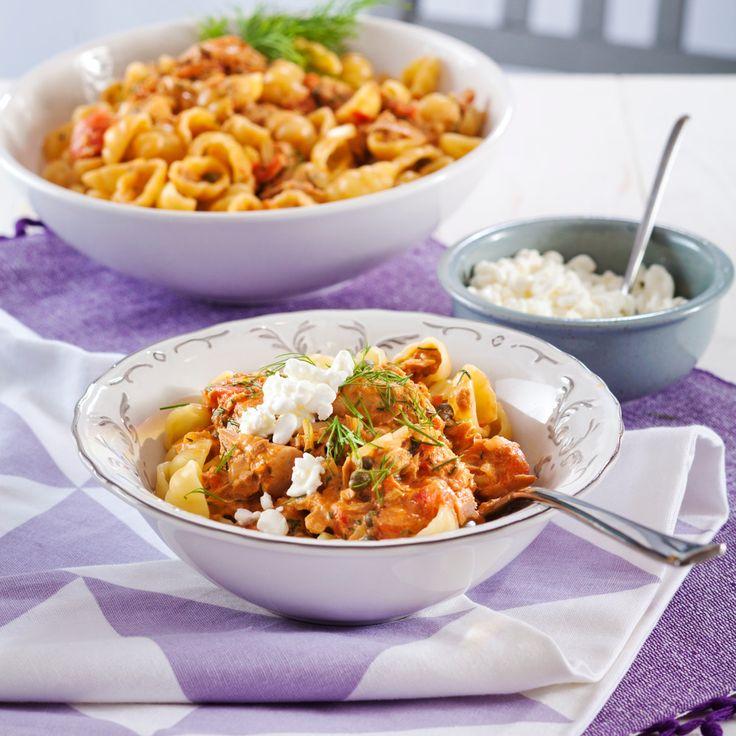 Yrttinen tonnikalapasta on tomaattipohjainen, ruokakermalla ja kapriksilla maustettu helppo arkiruoka. Tarjoa pasta raejuuston kanssa. Tämäkin laktoositon resepti vain noin 2,25 €/annos*.