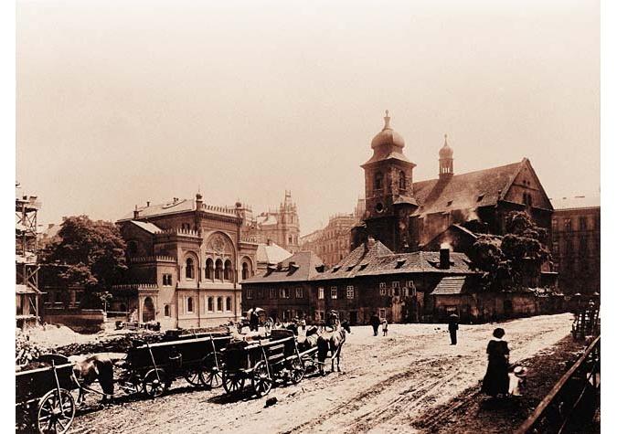 The demolition of houses near the Church of the Holy Spirit and the Spanish Synagogue. Photo, J. Kříženecký, 1912