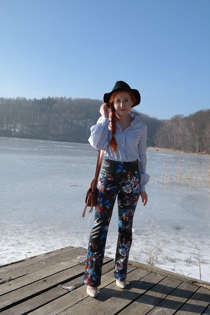 Stylizacja lata 70-te - spodnie z wysokim stanem w kwiaty, koszula  H&M, kapeusz Zara, torebka Bershka, buty pożyczone od mamy ;)
