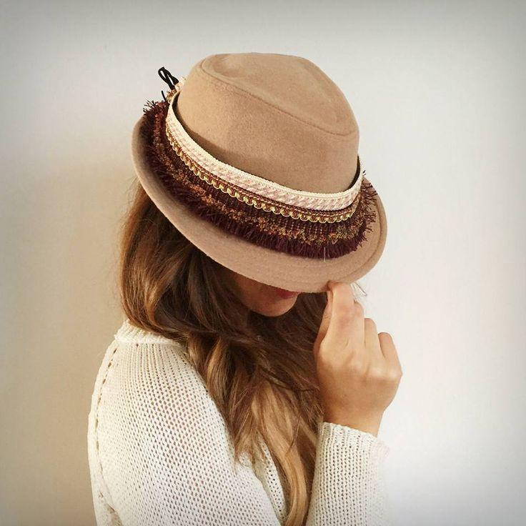 Adorno para sombrero. Adaptable. Pasamanería