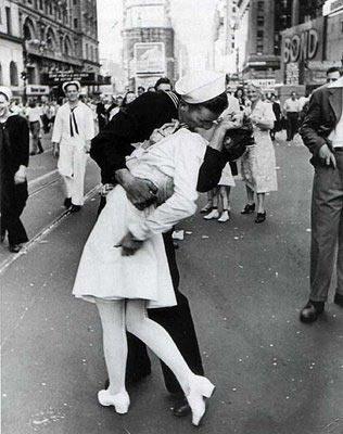 El beso mas icónico de la historia 8/14/1945 segunda guerra termino y en USA salieron a celebrar.
