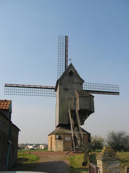 MOULIN DU NORD ou NOORTMEULEN - HONDSCHOOTE NORD - Ce moulin pivot daterait de 1547 bien que la date de 1127 figure sur l'une de ses poutres. Il serait le plus vieux moulin d'Europe. Le moulin est inscrit aux Monuments Historiques par arrêté du 17 octobre 1977.  Visite sur rendez vous.  Renseignements : Office du tourisme tél : 03.28.62.53.00
