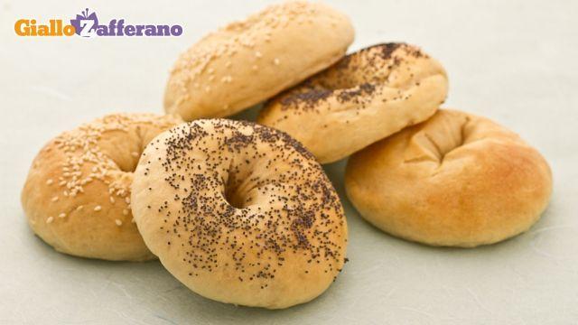 I BAGELS sono dei panini morbidissimi, a forma di anello, la cui particolarità sta nella cottura.