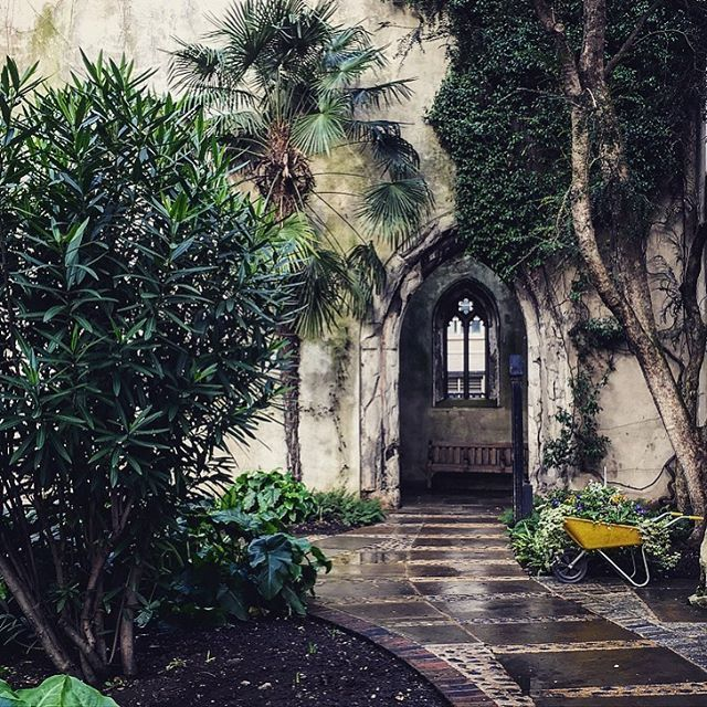 Este jardim é uma jóia escondida. Fica entre as ruínas da igreja de Saint Dunstan-in-the-Leste, que foi uma Paróquia da Igreja da Inglaterra no monte do Saint Dunstan, em Londres, Inglaterra, Reino Unido. A igreja foi em grande parte destruída na Segunda Guerra Mundial e as ruínas agora são um jardim público. O jardim público foi aberto em 1971. Gramado e árvores foram plantadas nas ruínas, com uma fonte baixa no meio da nave.  Fotografia: wanderlust_gal no Instagram.